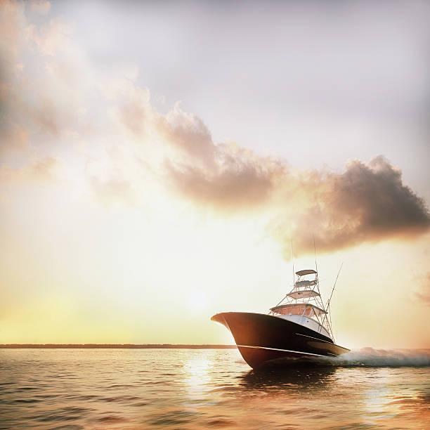 Motor yacht powering through calm water:スマホ壁紙(壁紙.com)