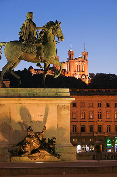 France, Lyon, Place Bellecour, Statue of Louis XIV on horse, dusk:スマホ壁紙(壁紙.com)