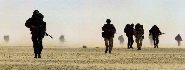 Arid Climate「British Troops Train In Kuwaiti Desert」:写真・画像(19)[壁紙.com]