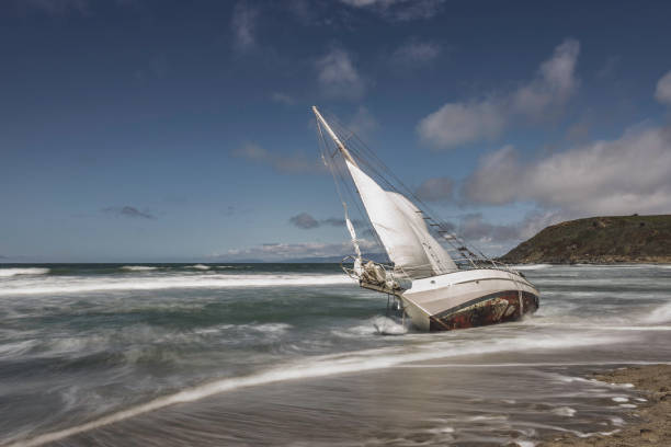 Washed Ashore Sailboat on Beach:スマホ壁紙(壁紙.com)