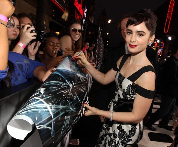 """Black Color「Premiere Of Lionsgate Films' """"Abduction"""" - Red Carpet」:写真・画像(19)[壁紙.com]"""