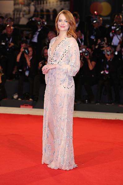 Emma Stone「The Favourite Red Carpet Arrivals - 75th Venice Film Festival」:写真・画像(14)[壁紙.com]
