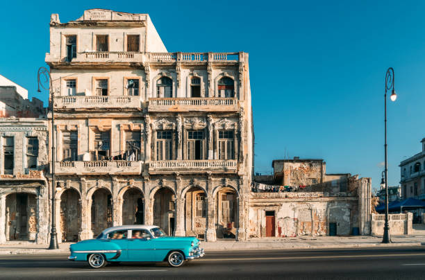 Old American car speeding along the Malecon in Havana, Cuba:スマホ壁紙(壁紙.com)