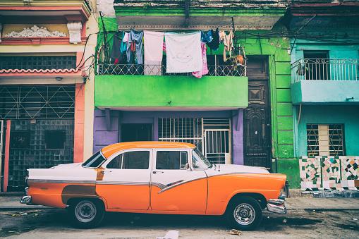 Cuban Culture「Old American cars on Havana street, Cuba」:スマホ壁紙(19)