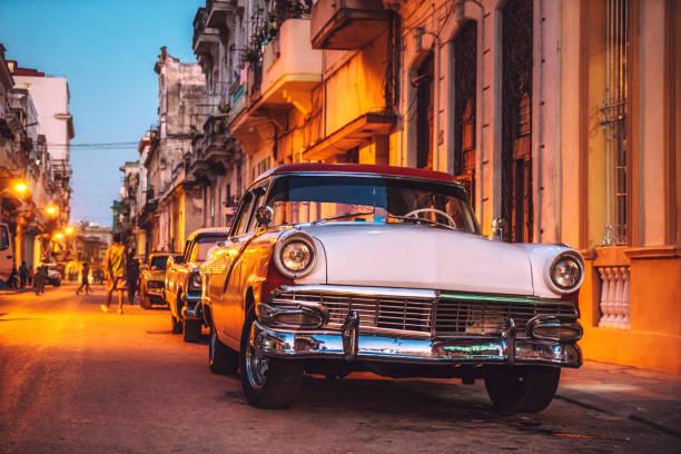 Old American car on street at dusk, Havana, Cuba:スマホ壁紙(壁紙.com)