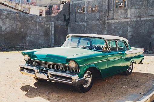 Avenue「Old American car parking on street, Cuba」:スマホ壁紙(11)
