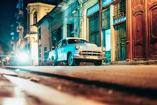 Havana「old american car in Old Havanna street at night」:スマホ壁紙(3)