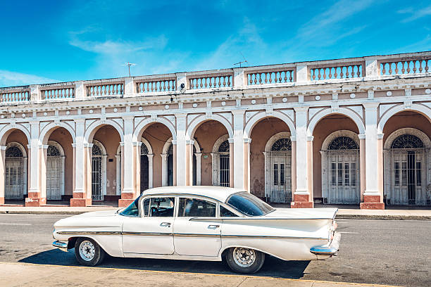 Old American car on Havana street:スマホ壁紙(壁紙.com)