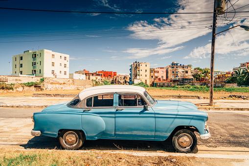 Avenue「Old American car on Havana street, Cuba」:スマホ壁紙(0)