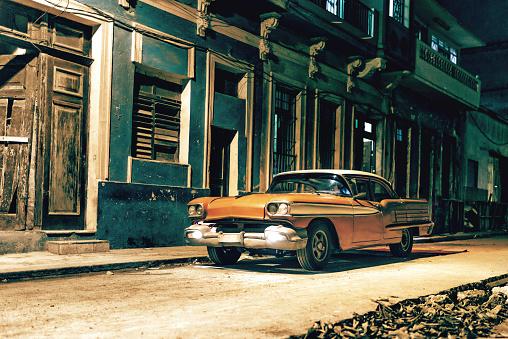 Avenue「old american car in Havanna street at night」:スマホ壁紙(17)