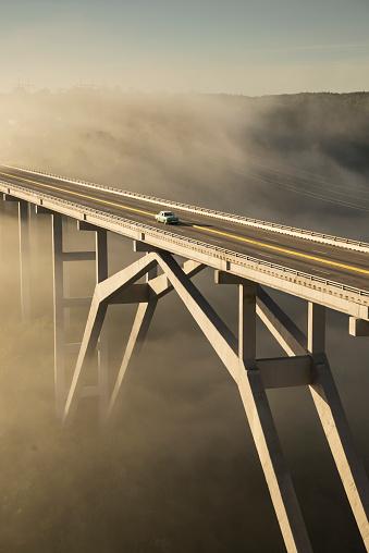 Dividing Line - Road Marking「Old american car on a modern bridge」:スマホ壁紙(9)