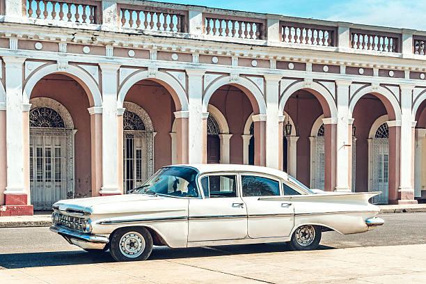 Old American car on Cuban street:スマホ壁紙(壁紙.com)