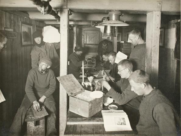 "Frank Hurley「A Morning in ""The Ritz"", Midwinter, 1915」:写真・画像(19)[壁紙.com]"