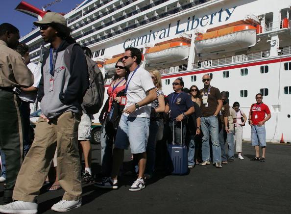 Disembarking「Over 700 Sickened By Virus On Cruise Ship」:写真・画像(4)[壁紙.com]