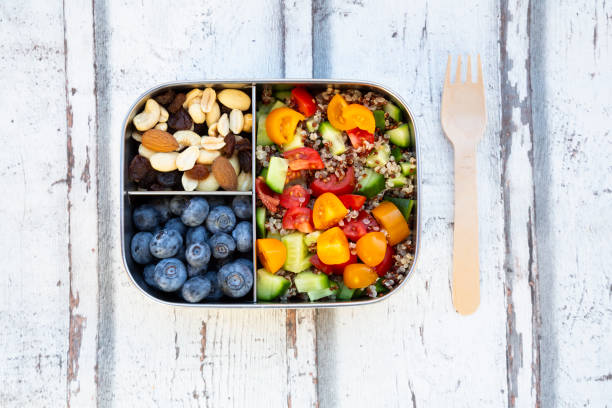 Lunchbox with quinoa salad with tomato and cucumber, blue berry and trail mix:スマホ壁紙(壁紙.com)