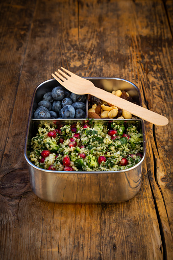 Nut - Food「Lunchbox with bulgur herbs salad with pomegranate seeds, taboule, blueberries and trail mIx」:スマホ壁紙(6)