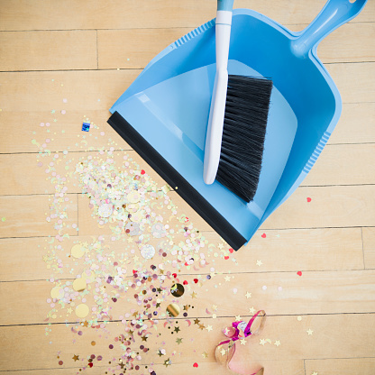 箒「Broom and dustpan with confetti on floor」:スマホ壁紙(11)