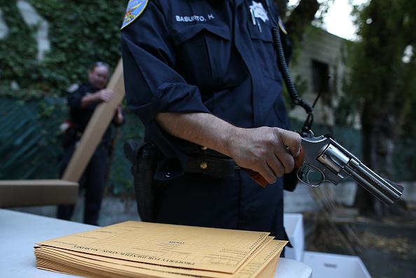 Surrendering「San Francisco Holds Gun Buyback Event」:写真・画像(1)[壁紙.com]