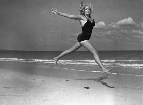 水着「Woman Leaping At Beach」:写真・画像(11)[壁紙.com]