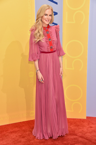 カメラ目線「The 50th Annual CMA Awards - Arrivals」:写真・画像(6)[壁紙.com]