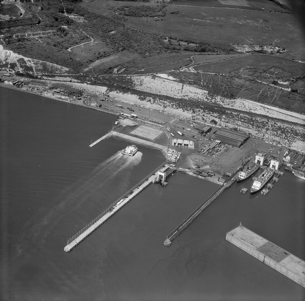 Passenger Craft「Hovercraft Coming Into Port At The Eastern Docks」:写真・画像(18)[壁紙.com]