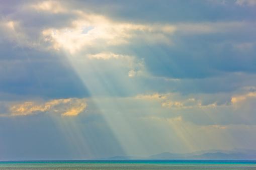 Overcast「Seascape with Sunbeams at Taketomi Island in Okinawa, Japan」:スマホ壁紙(14)