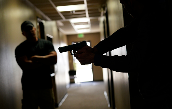 Hiding「Gun Course In Colorado Trains Civilians How To React in Active Shooter Situations」:写真・画像(16)[壁紙.com]