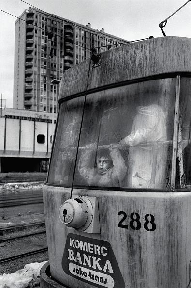 Tom Stoddart Archive「Bosnia, Sarajevo, Boy (6-7) looking out of tram passing damaged buildings」:写真・画像(18)[壁紙.com]