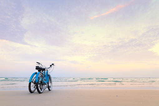 Two Objects「Two bicycles on beach」:スマホ壁紙(2)