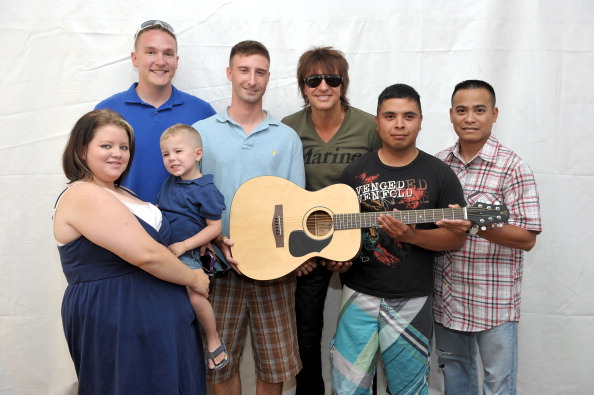 Pendleton - Oregon「Richie Sambora Donates Guitars To U.S. Marines At Camp Pendleton」:写真・画像(8)[壁紙.com]