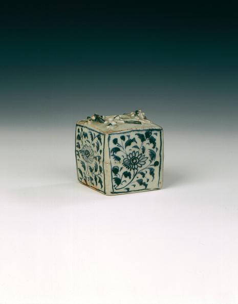 Chrysanthemum「Blue and white jarlet with chrysanthemums and salamanders, China, 1300-1368.」:写真・画像(5)[壁紙.com]