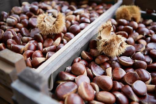 栗「Shelled Sweet Chestnuts in a Wooden Crate」:スマホ壁紙(4)