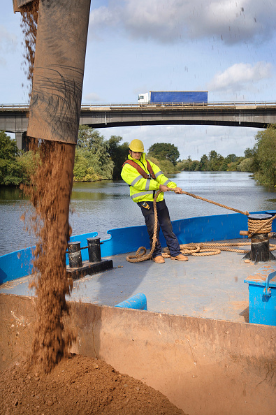 Rippled「Loading aggregates onto a barge on The River Severn at Ripple Quarry Dock Gloucestershire UK」:写真・画像(17)[壁紙.com]