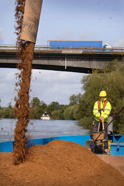 Cooking Utensil「Loading aggregates onto a barge on The River Severn at Ripple Quarry Dock Gloucestershire UK」:写真・画像(9)[壁紙.com]