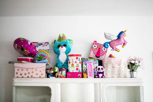 Figurine「Little girl's birthday presents on a cabinet」:スマホ壁紙(1)