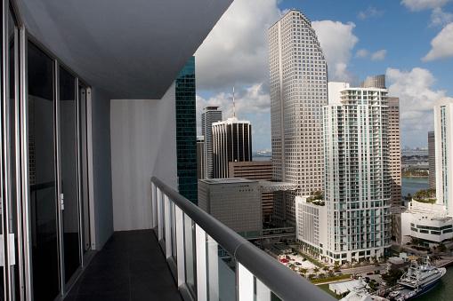 Miami「Balcony overlooking high rises in urban cityscape, Miami, Florida, United States」:スマホ壁紙(9)