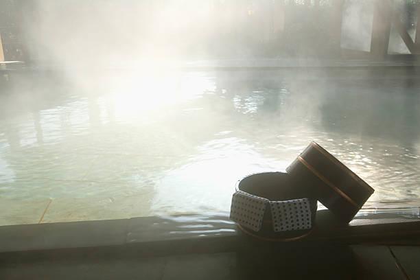 Towels on a wooden tub, hot spring, high angle view, Japan:スマホ壁紙(壁紙.com)