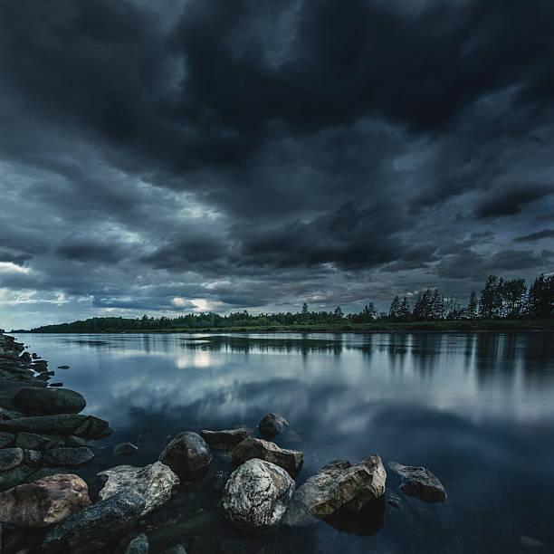 Lake at storm:スマホ壁紙(壁紙.com)