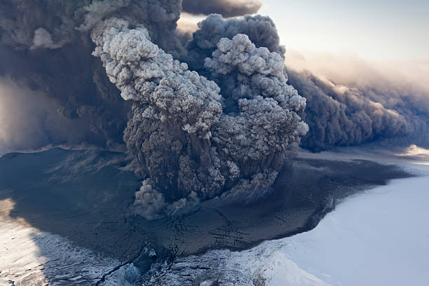 Eyjafjallajokull volcano erupting in Iceland:スマホ壁紙(壁紙.com)