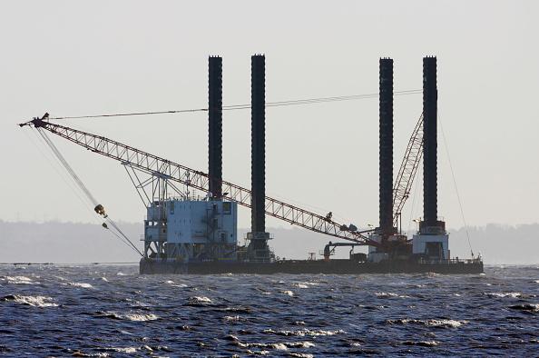 Agricultural Building「Barge installing offshore wind turbines, Talacre Flint, RSPB Reserve, Dee Estuary, Wales, UK」:写真・画像(19)[壁紙.com]