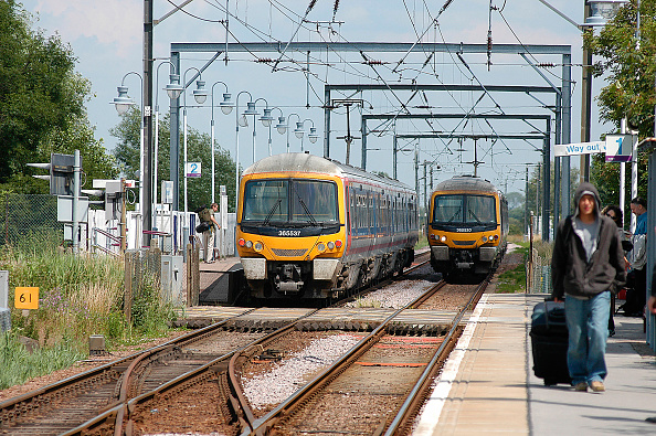 King's Lynn「The electrified service between Kings Cross and Kings Lynn uses Networker EMU sets that still the retain original Network South East livery from the 1980s when the line was energised. A Fenland scene sees a pair of trains crossing at the staggered platfo」:写真・画像(8)[壁紙.com]