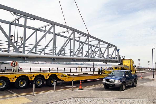 Low「Passenger bridge being lifted onto low loader truck, Liverpool docks, United Kingdom」:写真・画像(18)[壁紙.com]