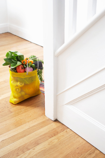 Close To「Shopping bag with fresh vegetables on floor」:スマホ壁紙(3)