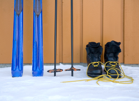 スキー「Skis, poles and ski boots by wooden wall」:スマホ壁紙(4)