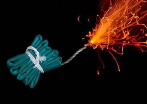 花火「String of firecracker with lit fuse, close-up」:スマホ壁紙(0)