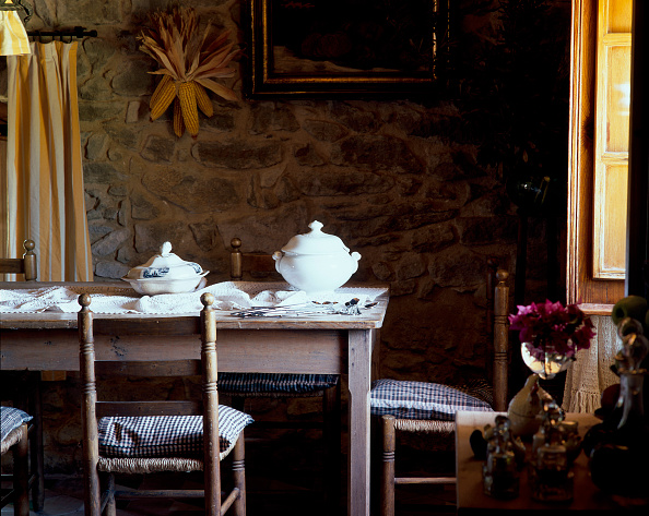 Dining Room「Partial view of a wooden dining table」:写真・画像(6)[壁紙.com]