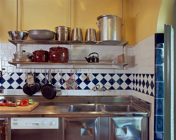 Cutting Board「Partial view of an elegant kitchen」:写真・画像(4)[壁紙.com]