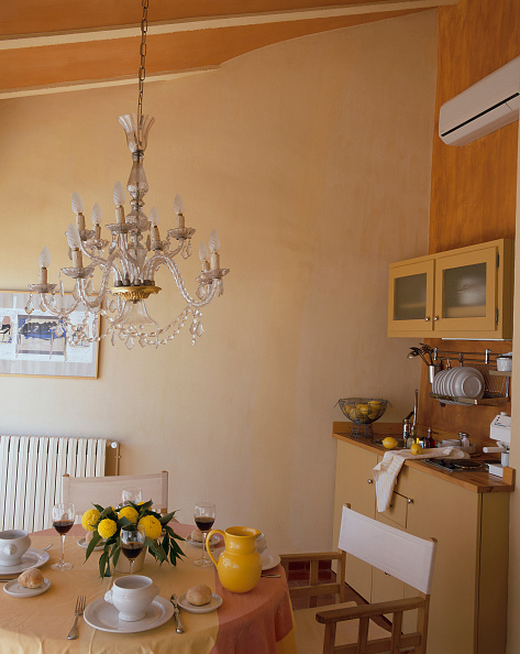 Dining Room「Partial view of a dining table near a kitchenette」:写真・画像(18)[壁紙.com]