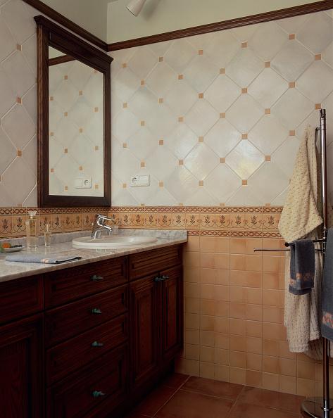 Bathroom「Partial view of a tiled bathroom」:写真・画像(4)[壁紙.com]