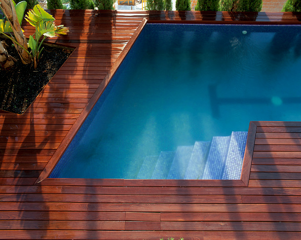 Steps「Partial view of a swimming pool with a wooden deck」:写真・画像(3)[壁紙.com]